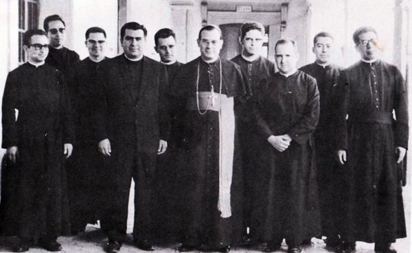 Mons. Esaúl es el que aparece a la izquierda de la imagen junto al Sr. Obispo